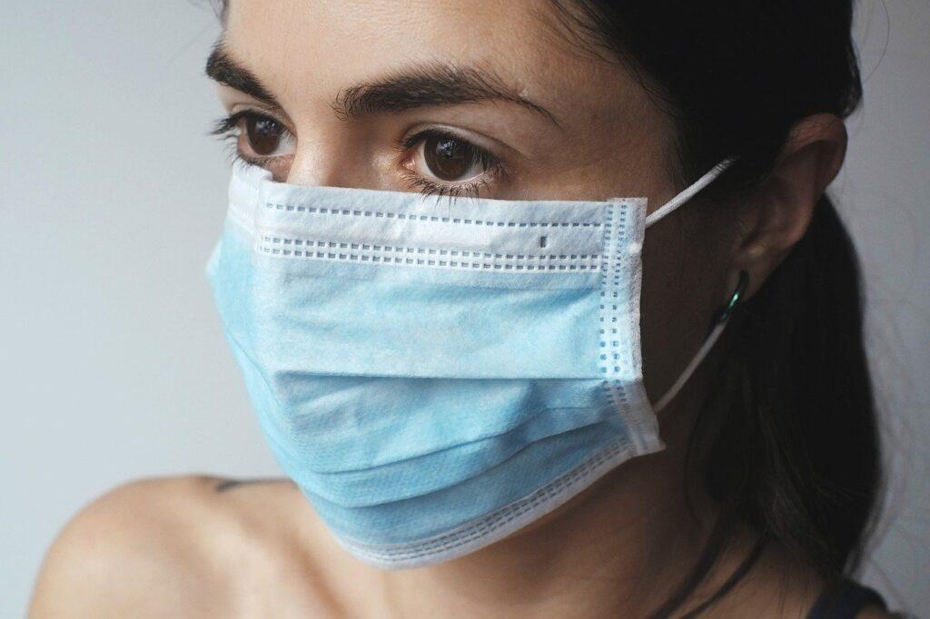 donna si potregge da coronavirus italia