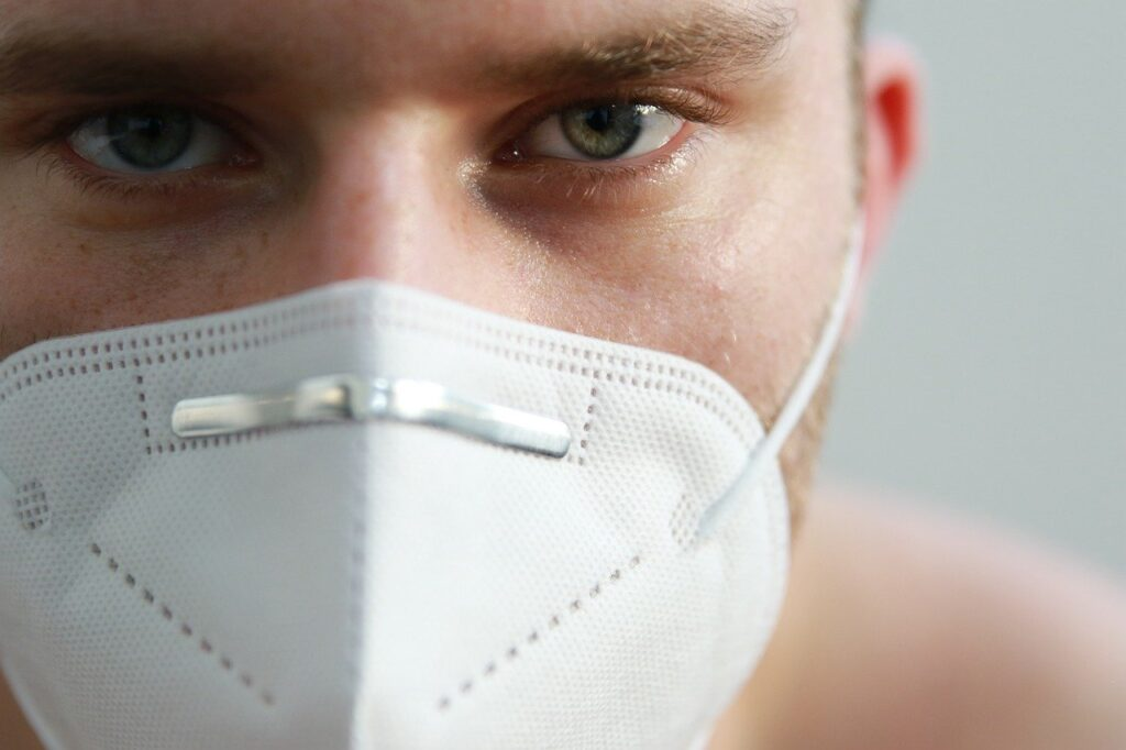 uomo indossa la mascherina durante fase 2 basilicata